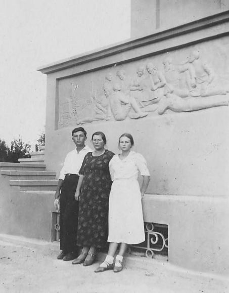 1939 г., 6 августа. г. Котовск, О.П.Котовская с детьми Григорием и Еленой у мавзолея.